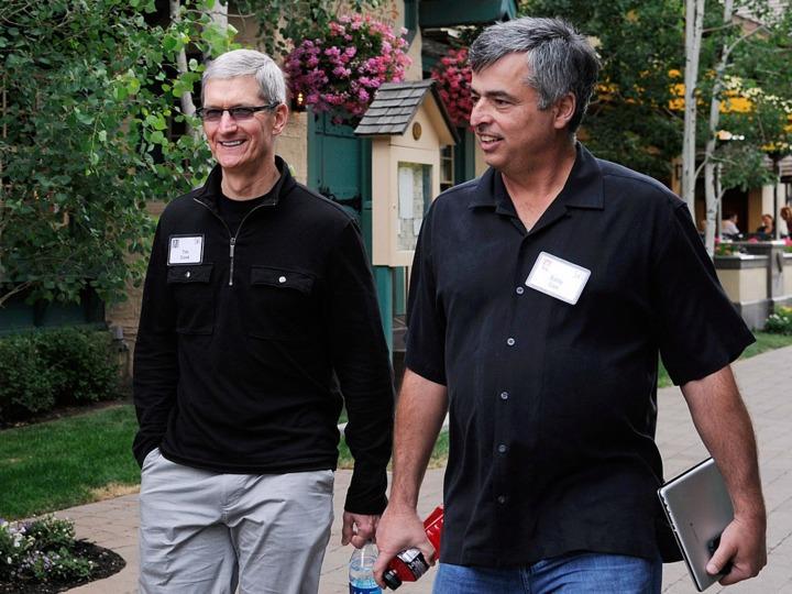 アップル CEO ティム・クック氏(左)とiTunesを担当するエディー・キュー上級副社長(右)