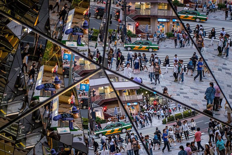 原宿のショッピング街の鏡に映る買い物客