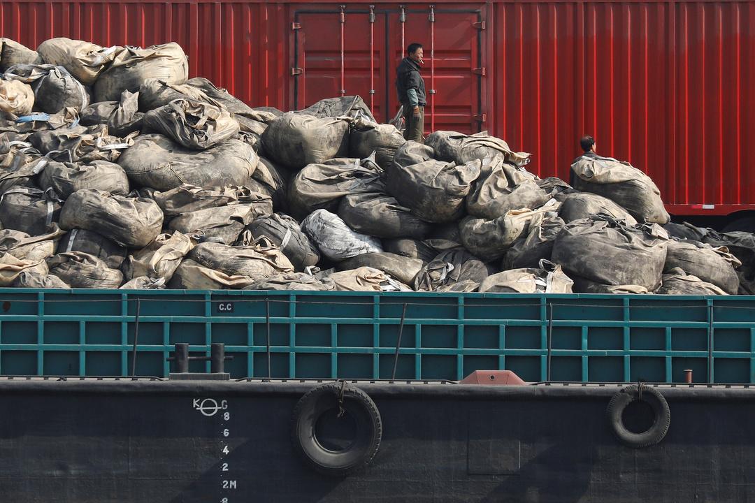 国境地域では中国の携帯電話の闇取引も盛ん。