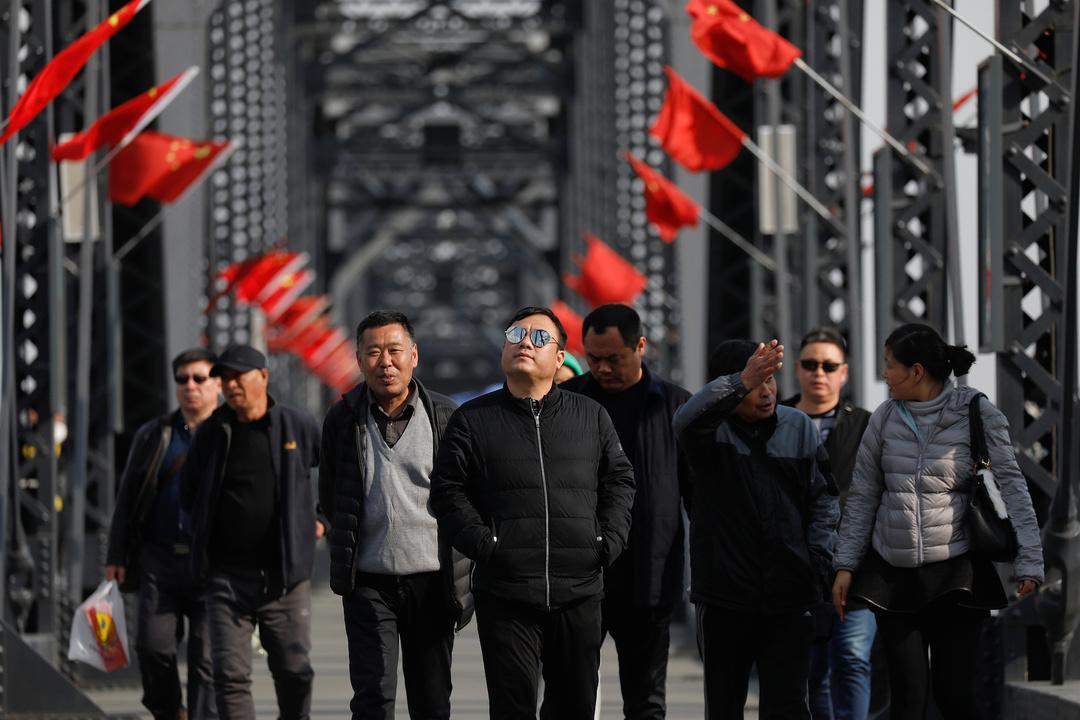壊れた橋の上を歩く観光客。