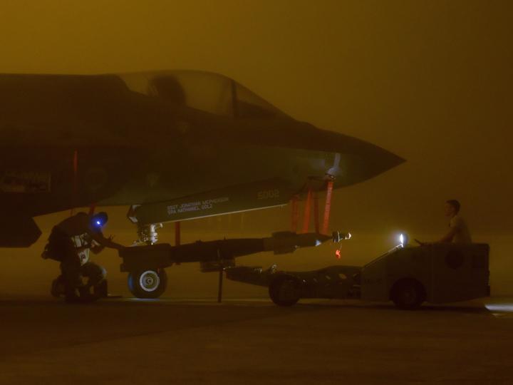 F-35Aに爆弾を積載する米軍兵士