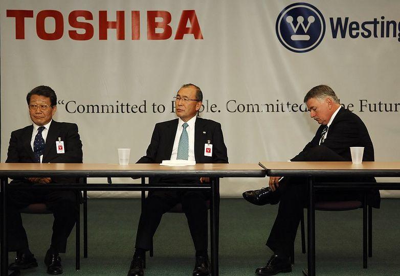 ウェスチングハウスCEOと並んで記者会見する西田厚聰氏