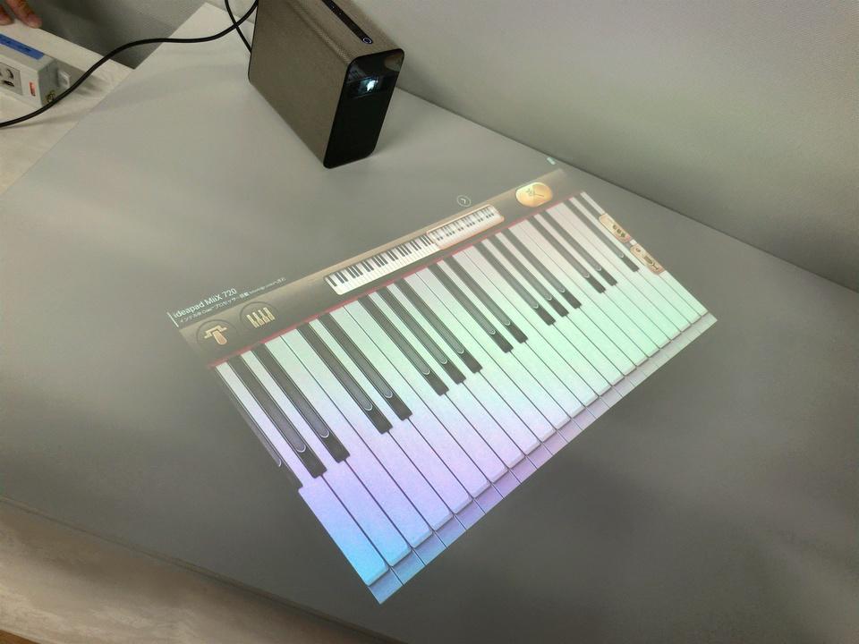 机に映し出された鍵盤