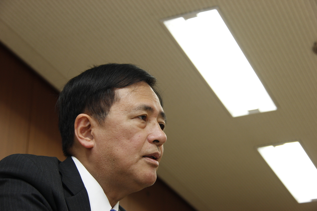 保坂世田谷区長をしたから煽って撮った写真。