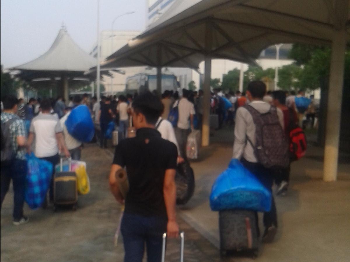 登録の後、荷物を寮まで運んでいる作業員たち。