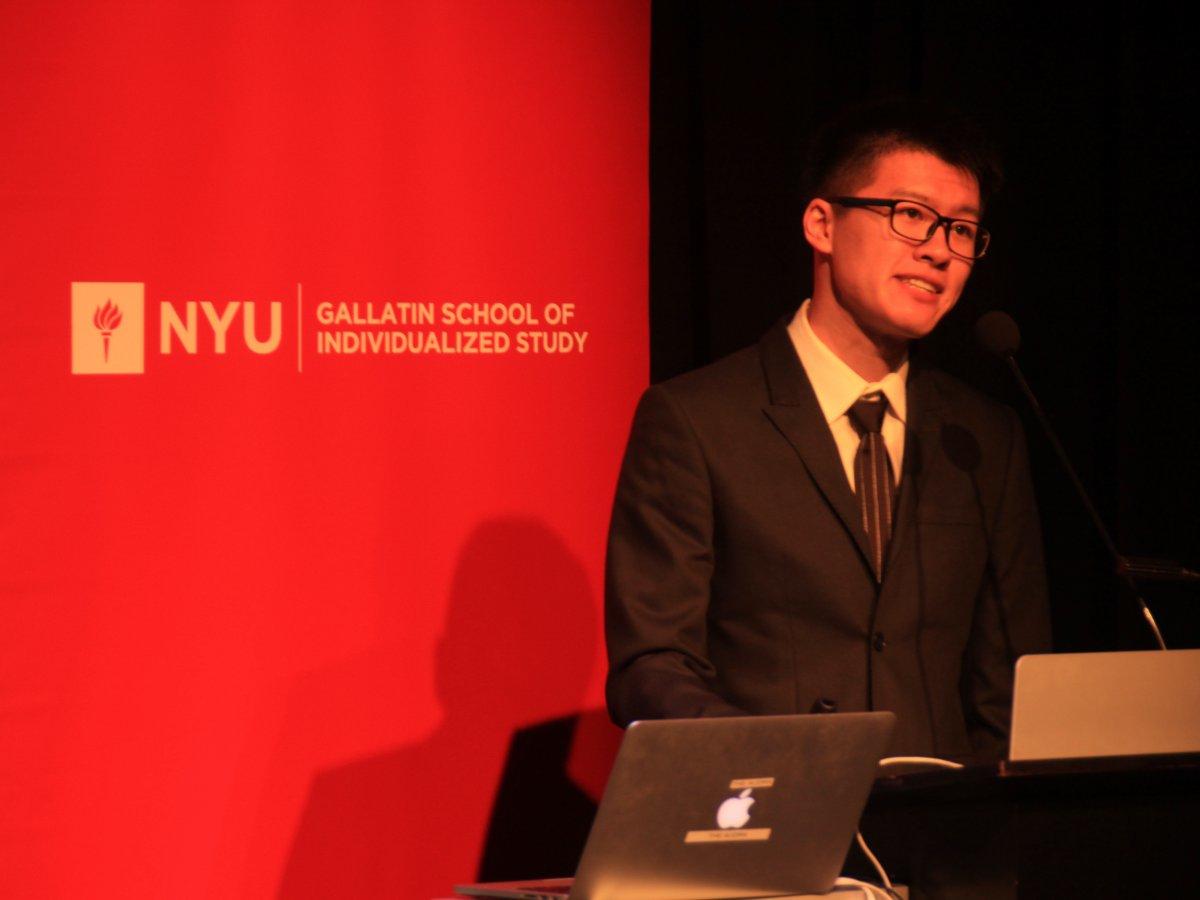 ニューヨーク大学で潜入取材の成果を発表するゼン氏