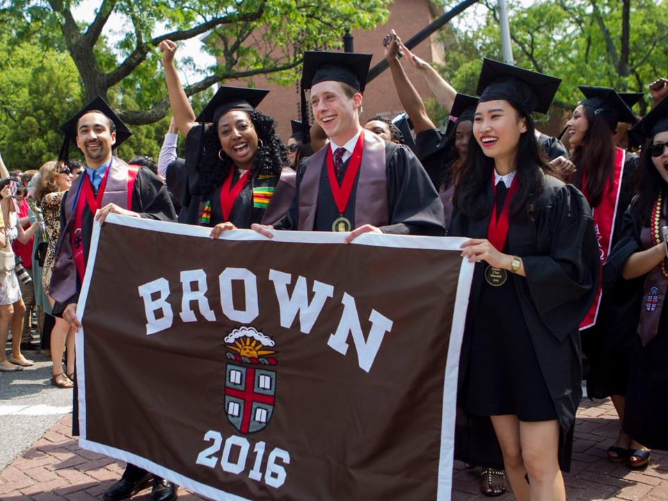 ブラウン大学の卒業式を祝う学生たち