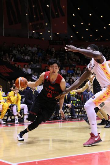 ドリブルをするプロバスケットボール選手