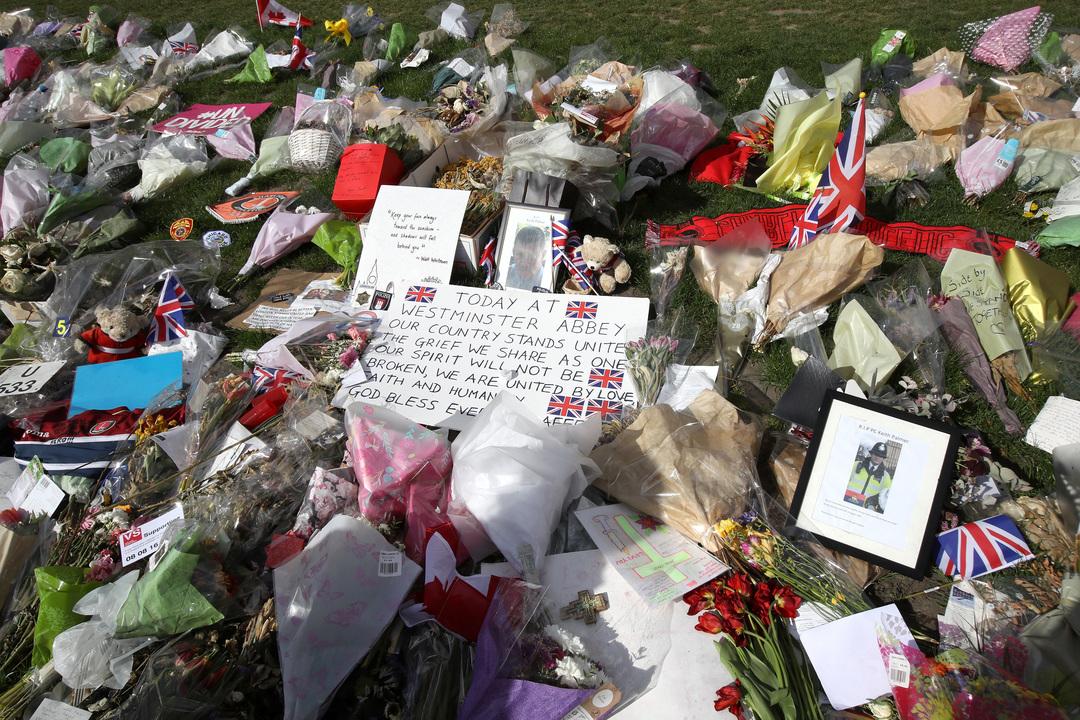 4月のロンドンのテロ現場に手向けられる花束