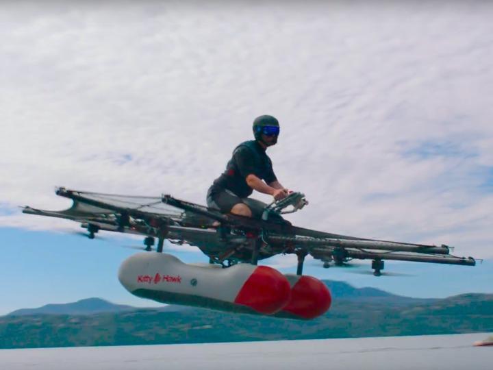 湖の上空を飛ぶ空飛ぶ車「キティホークフライヤー」