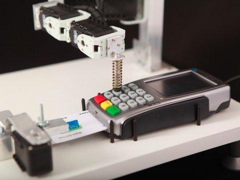 決済端末をテストするロボット
