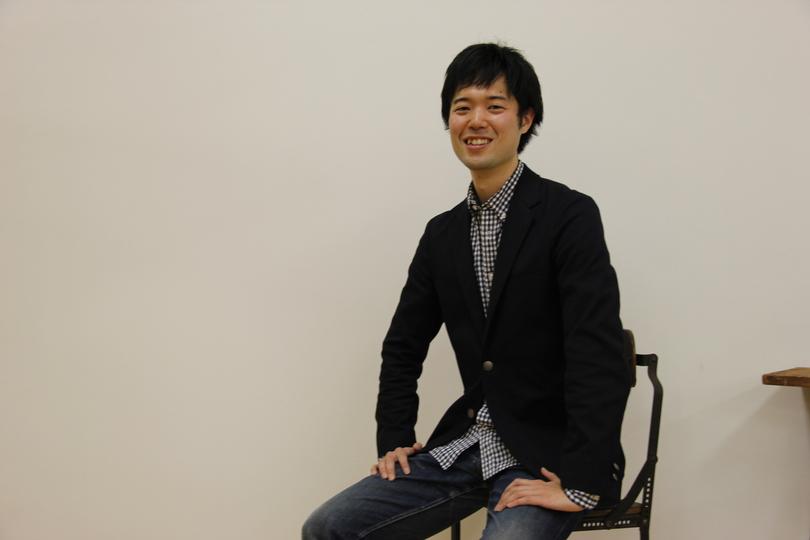 BasePastaの橋本舜CEOが椅子に座って笑顔でこちらを向いている。