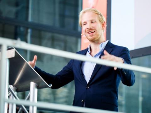 TEDでスピーチするルトガー・ブレグマン