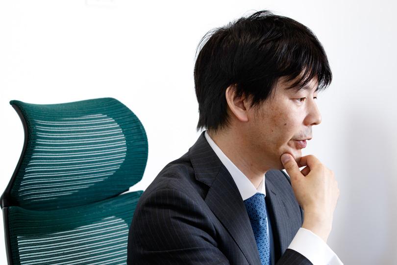 あごに手をあてて、DeNA問題について語る吉田社長