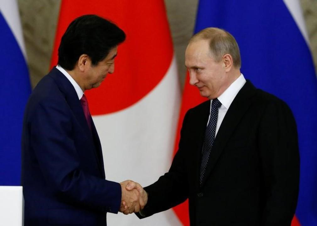 握手をする安倍首相とプーチン大統領