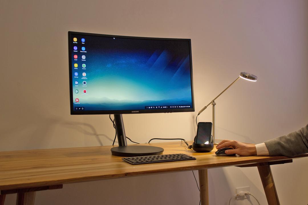 モニターやキーボード、マウスを接続し、PCのように使える。