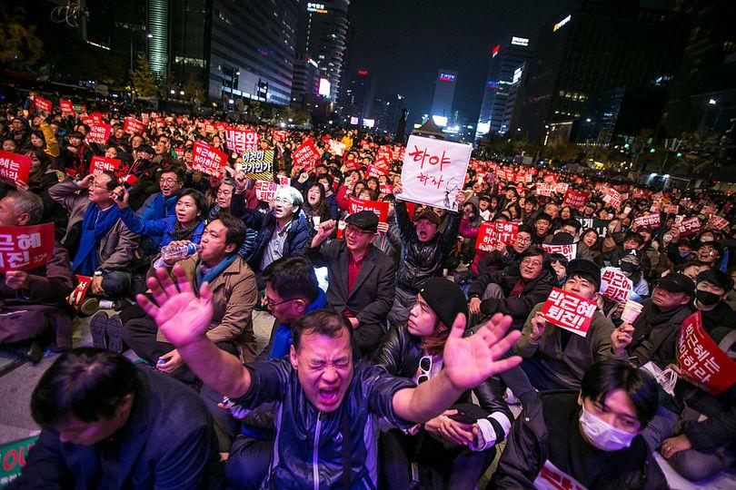 デモに参加するたくさんの人たち