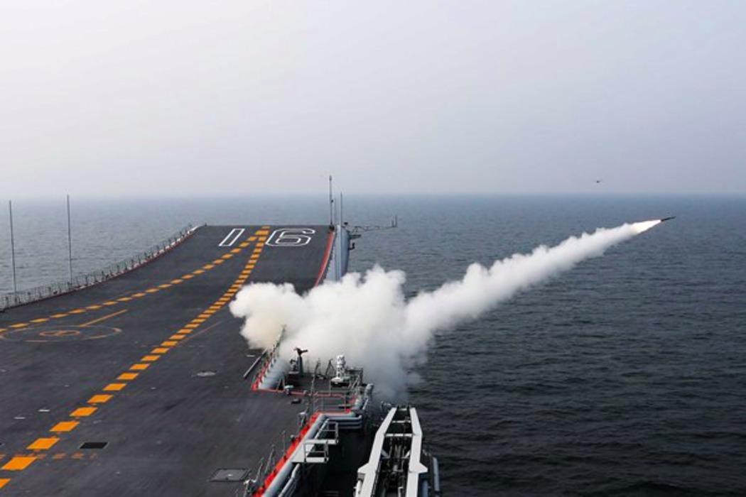 遼寧がミサイルを発射する様子