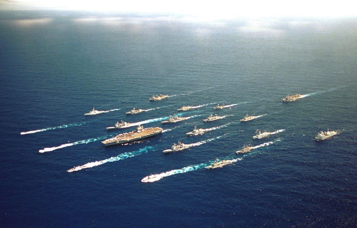 米軍空母艦隊が同盟諸国の護衛艦とともに航行する様子