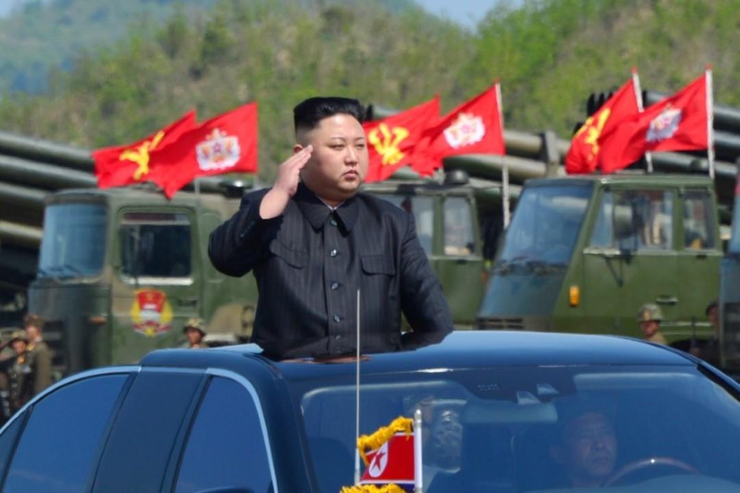 朝鮮人民軍の創建85周年を祝う軍事演習を視察する北朝鮮の金正恩・朝鮮労働党委員長