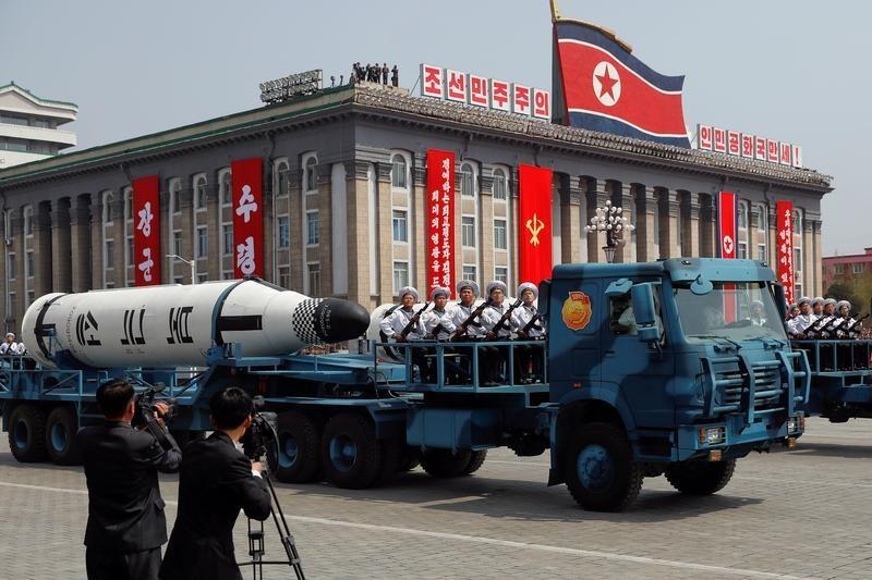 北朝鮮が金日成の生誕105周年記念軍事パレードで披露した潜水艦発射弾道ミサイル(SLBM)
