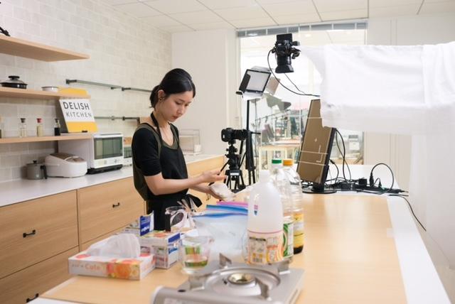 エブリーのキッチンで料理動画を撮影する女性