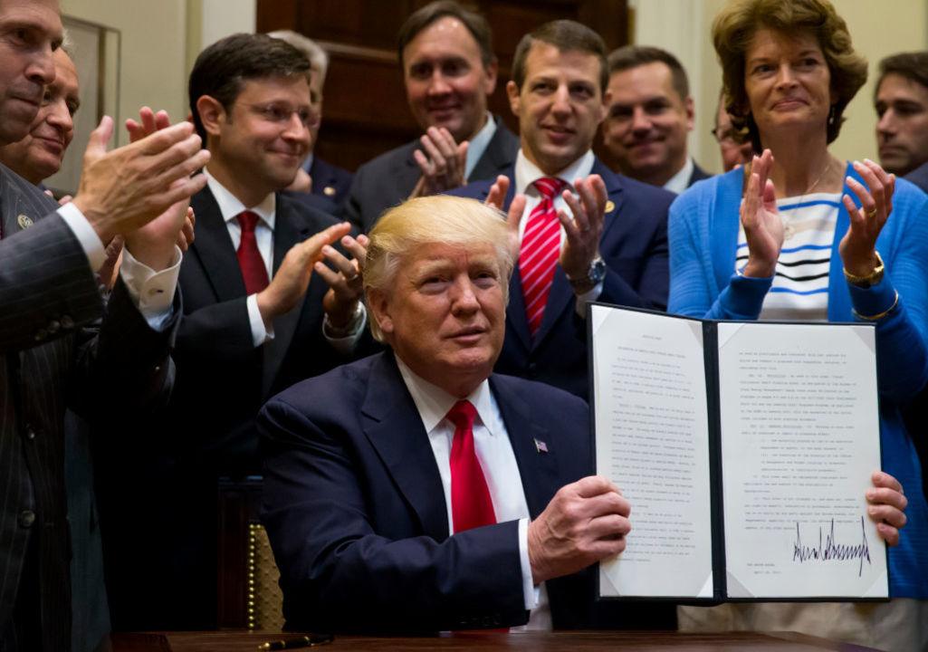 4月28日、エネルギー規制緩和の大統領令に署名するトランプ大統領