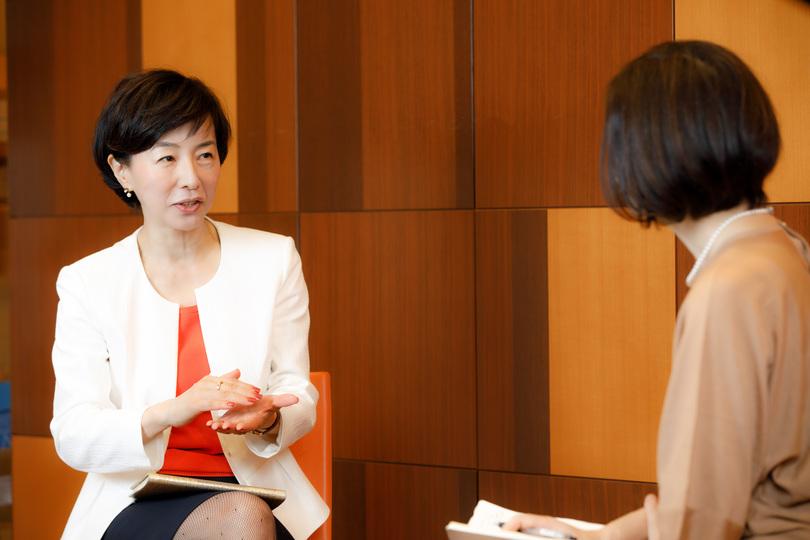 佐々木かをりさんと浜田敬子統括編集長との対談風景