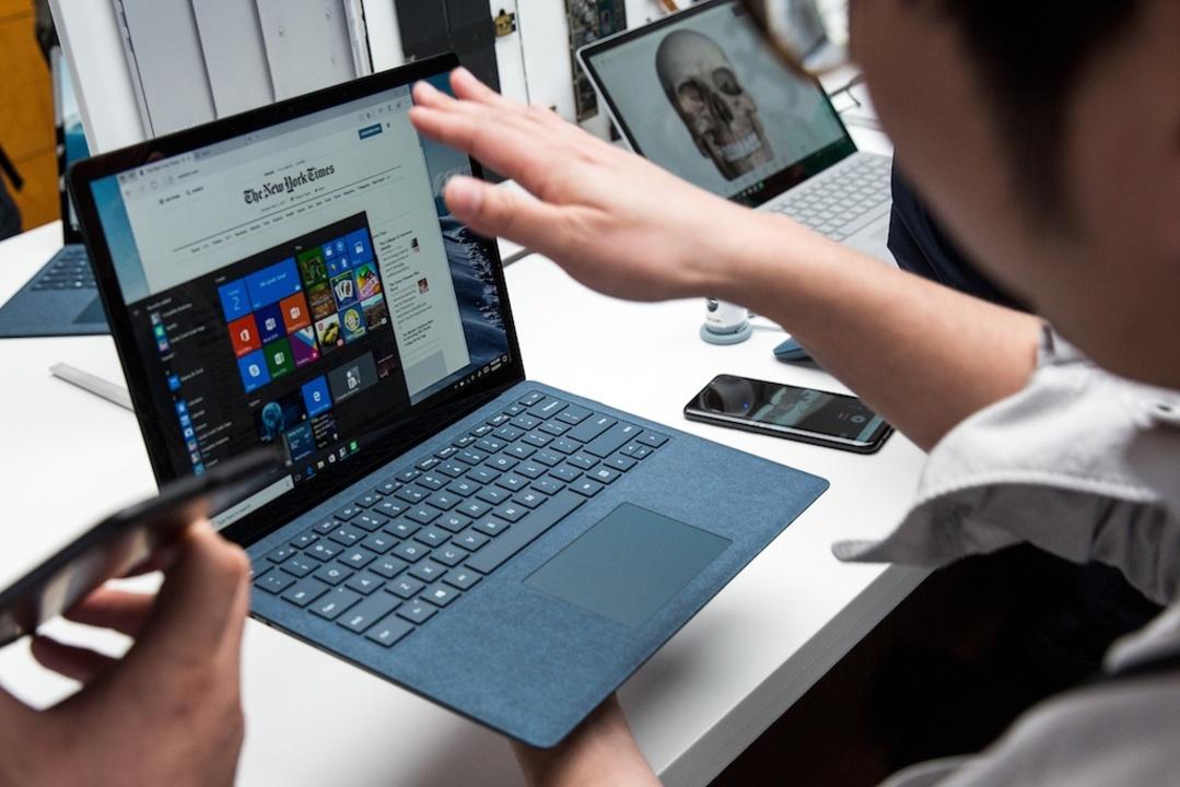 Surface Laptopを手に取る人々