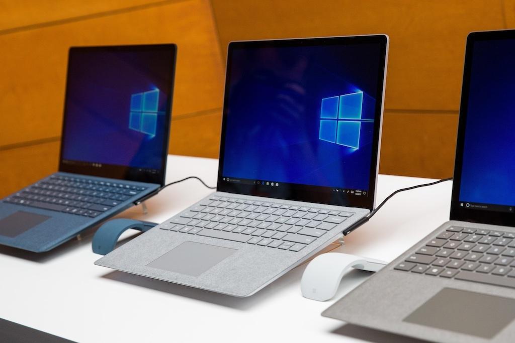 Surface Laptopの斜めからの写真