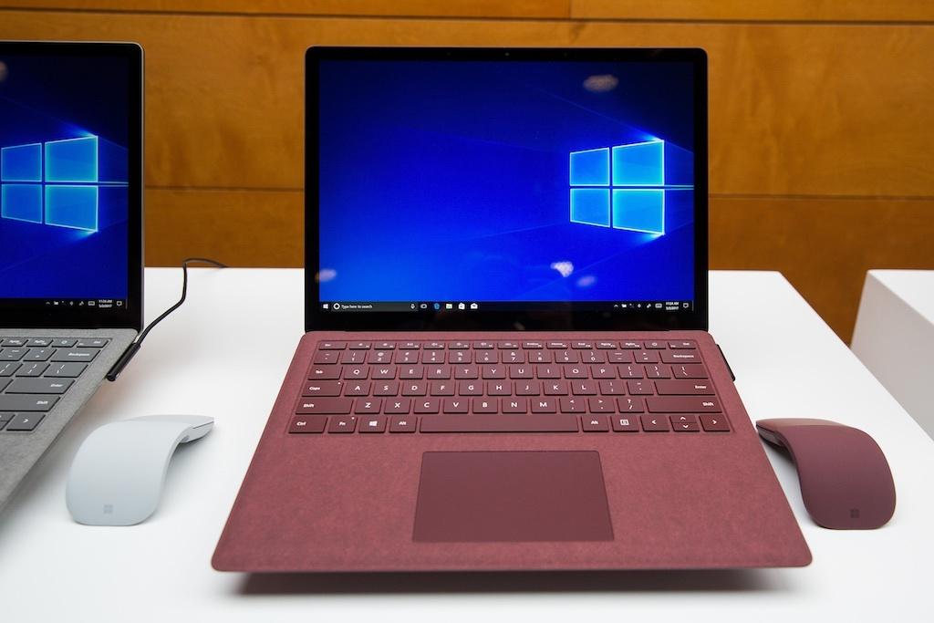 Surface Laptopの正面からの写真