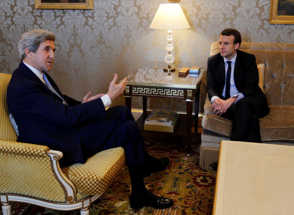 ケリー前米国国務長官と懇談するマクロン氏