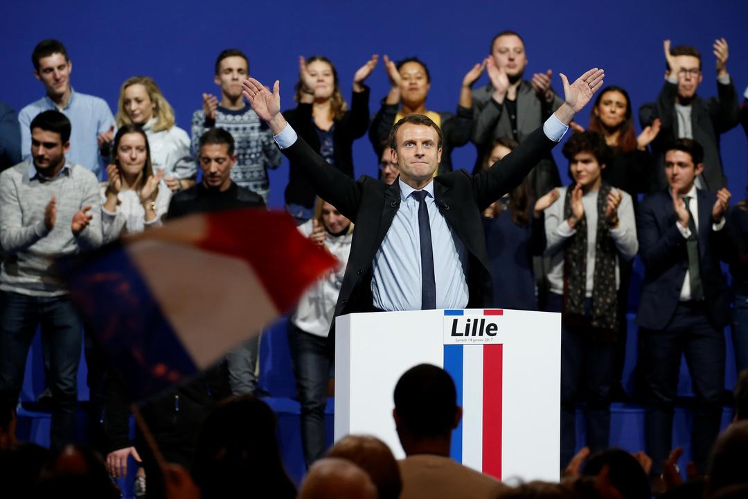 大規模集会の終わりに国歌を歌ったマクロン氏の写真