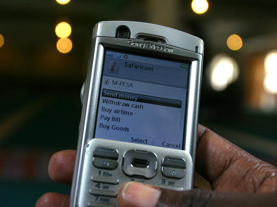携帯電話で電子マネーを送金する様子