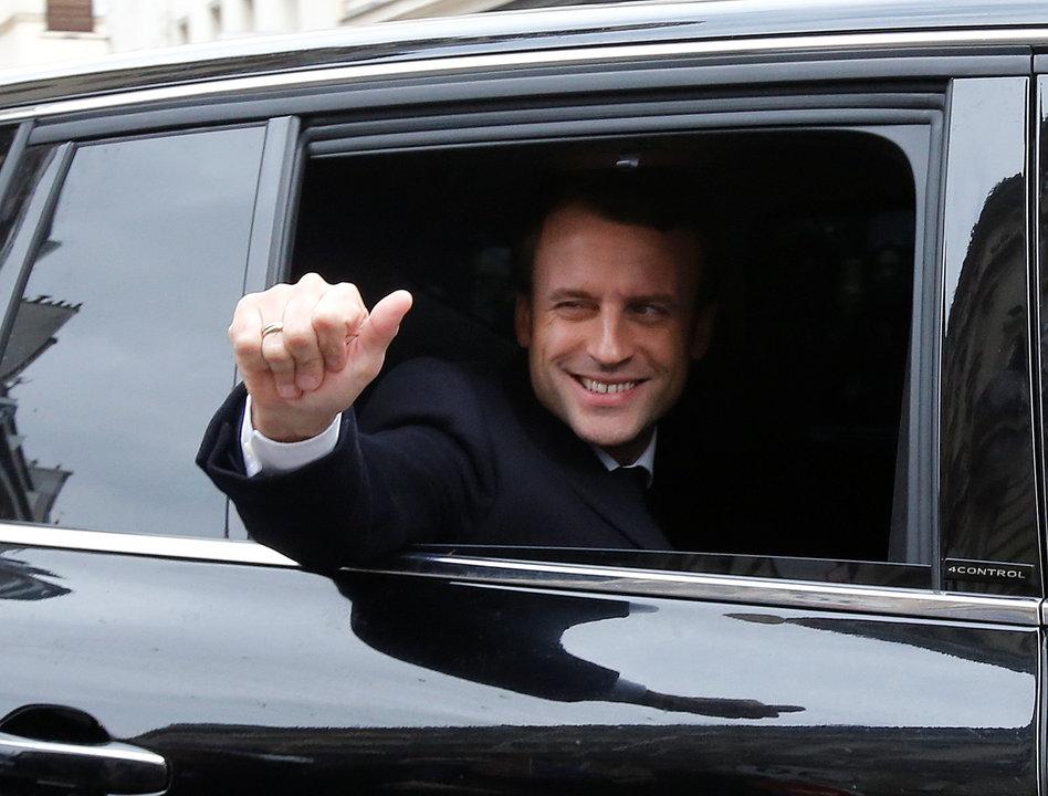 決戦投票当日に車上から報道陣に向けてポーズをとるマクロン氏
