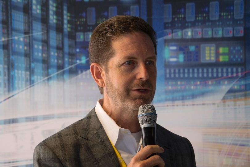 Intel ダグラス・デービス上席副社長の写真