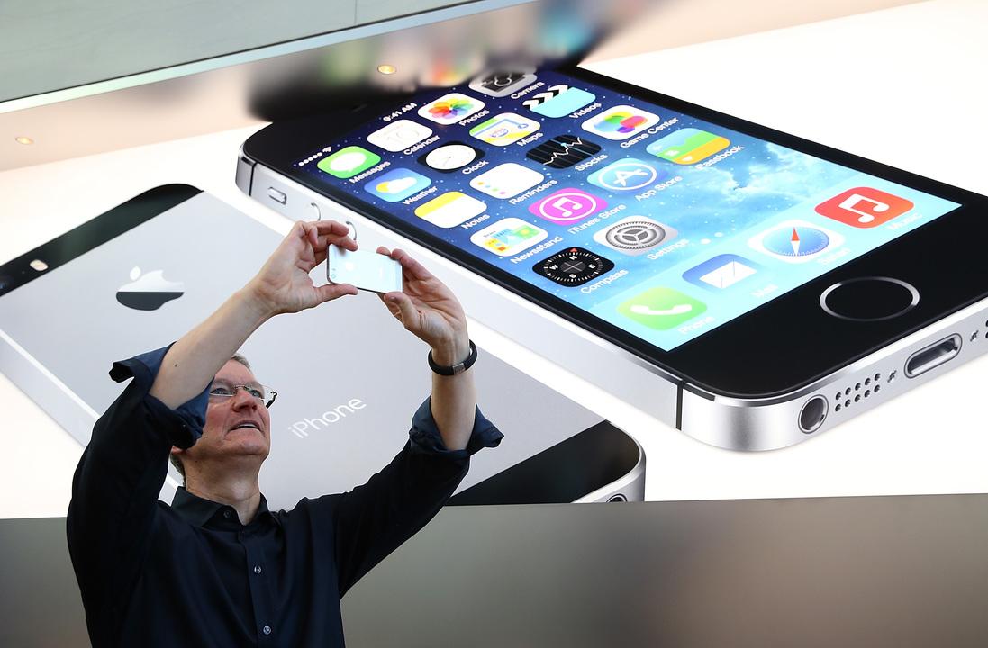 iPhone を掲げるアップルCEOティム・クック氏