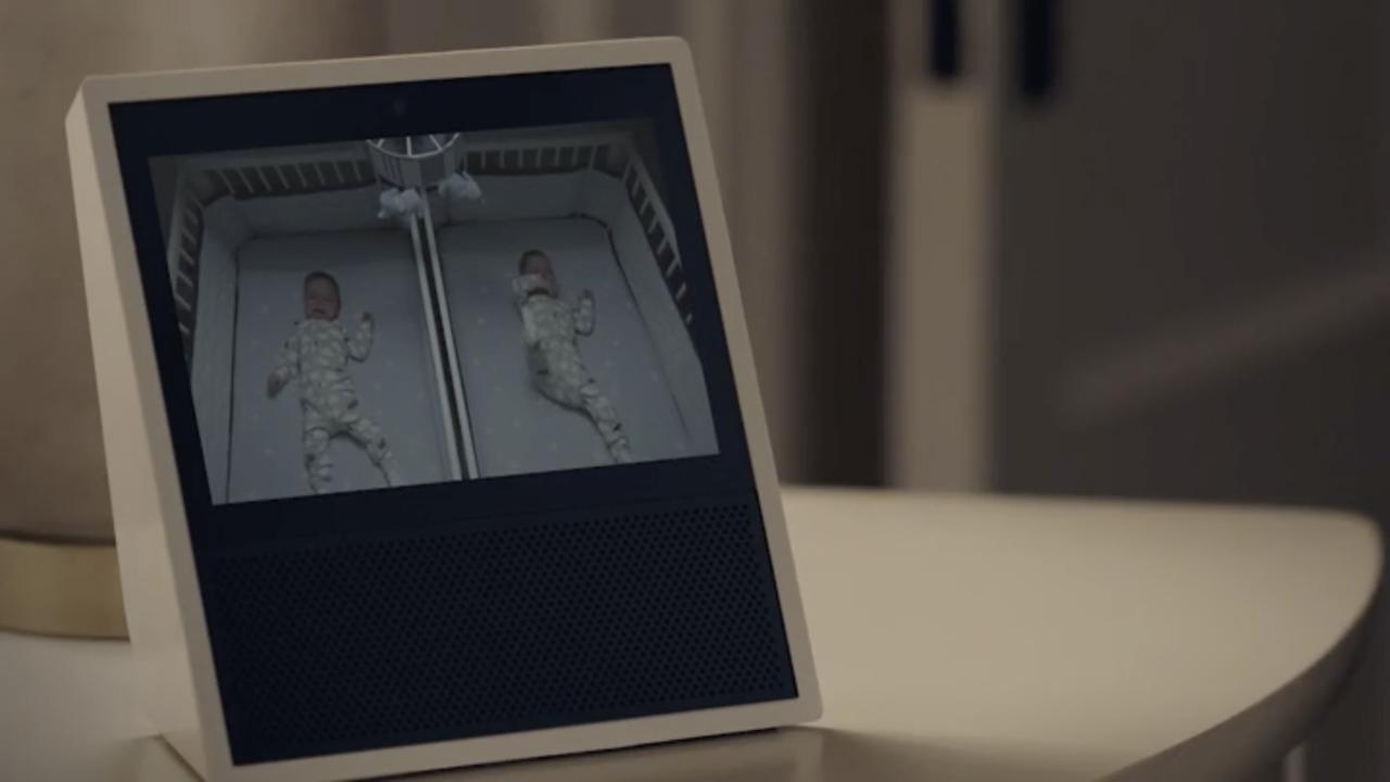 ベビーベッドの様子が表示されている「Amazon Echo Show」の画面