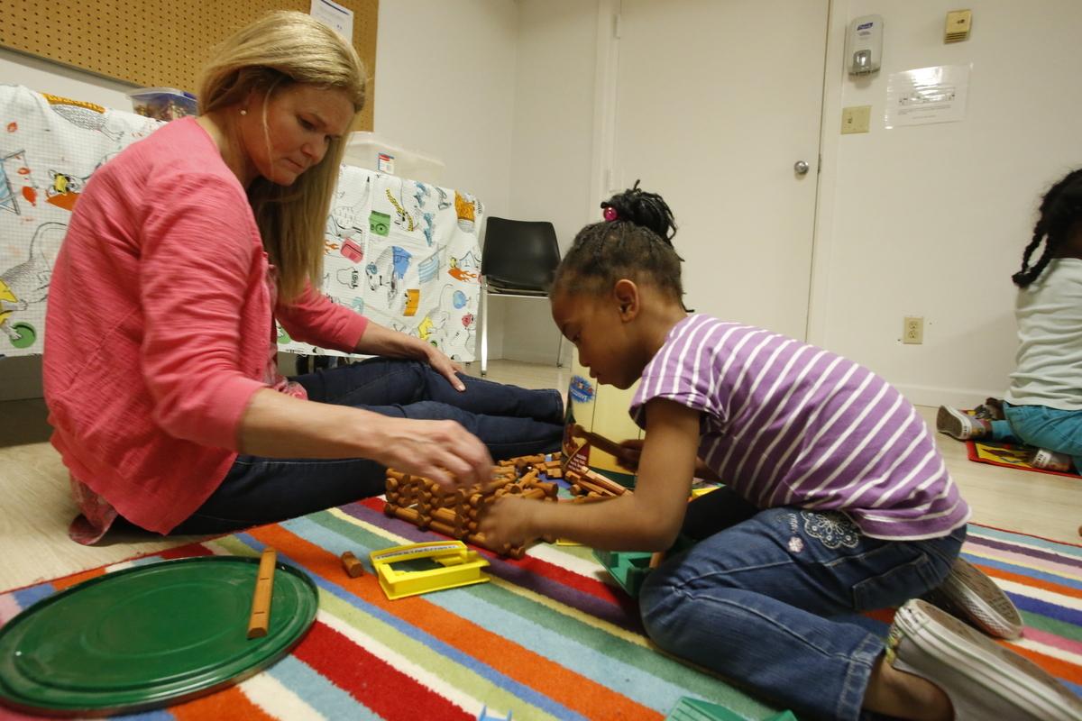マリーズプレイスで遊ぶ女性と子ども。