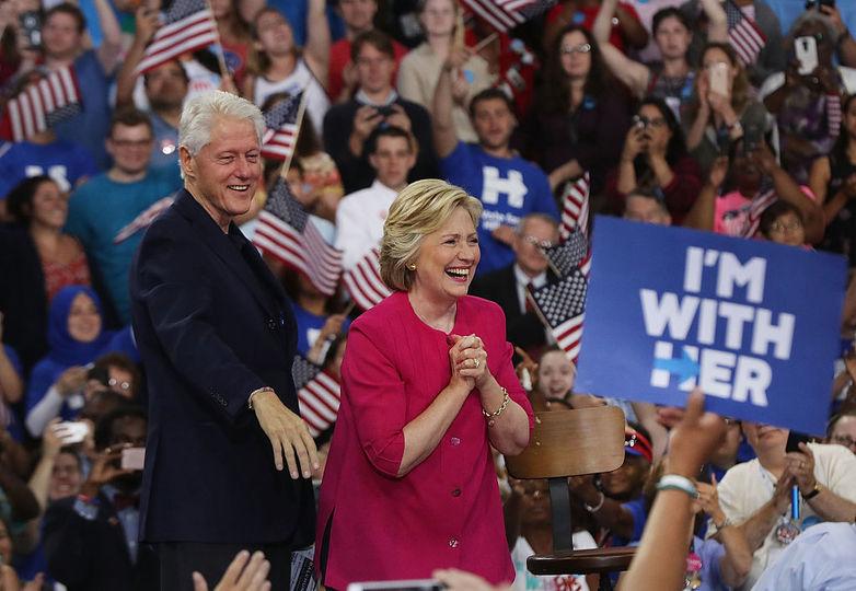 たくさんの支持者の前に現れたクリントン夫妻
