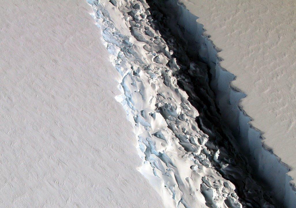 南極大陸ラーセンC棚氷を走る亀裂
