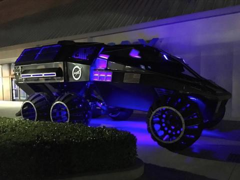 未来の火星探査は「バットモービル」で? NASAの見学施設内に探査車が登場