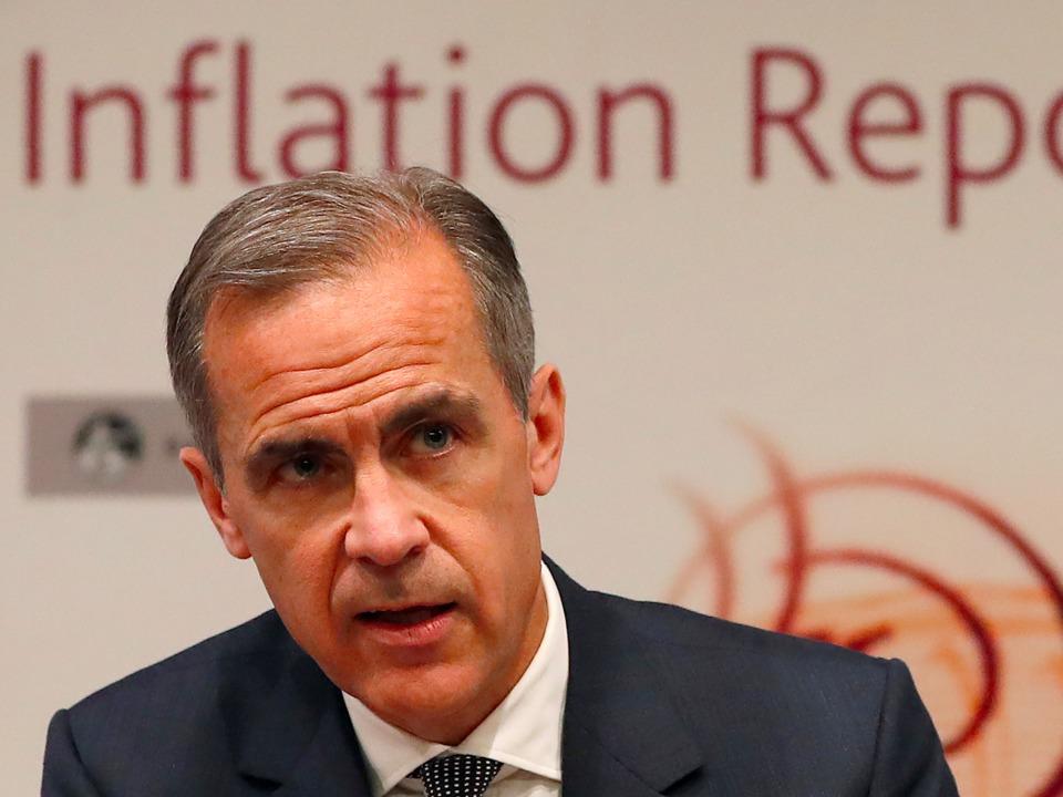 記者会見に臨むイングランド銀行のカーニー総裁