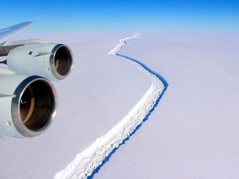南極大陸、棚氷の亀裂が進行 —— 2010年から急速に伸びる