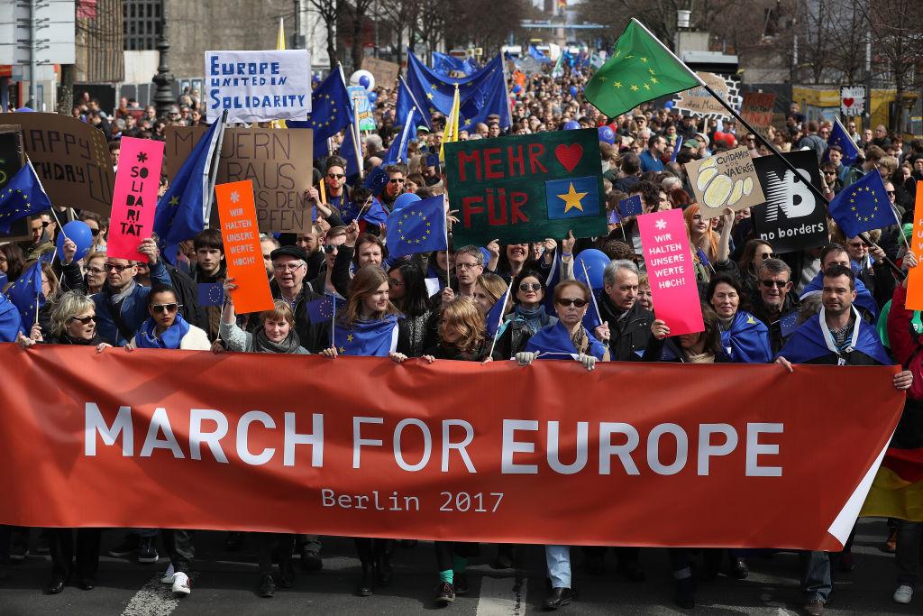 EUの連帯を求めるデモに参加する人たち