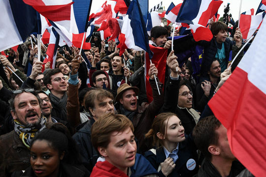 マクロン大統領誕生に湧き立つ支持者たち