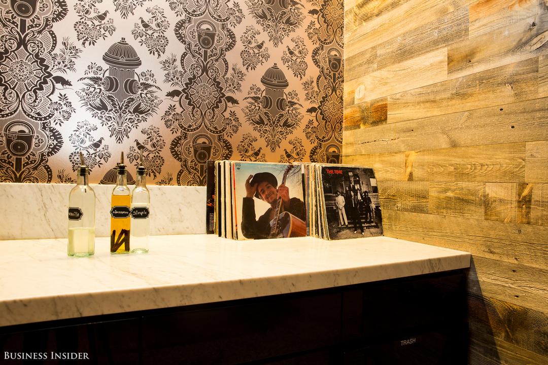 フレーバーシロップのボトルとレコードの載った棚