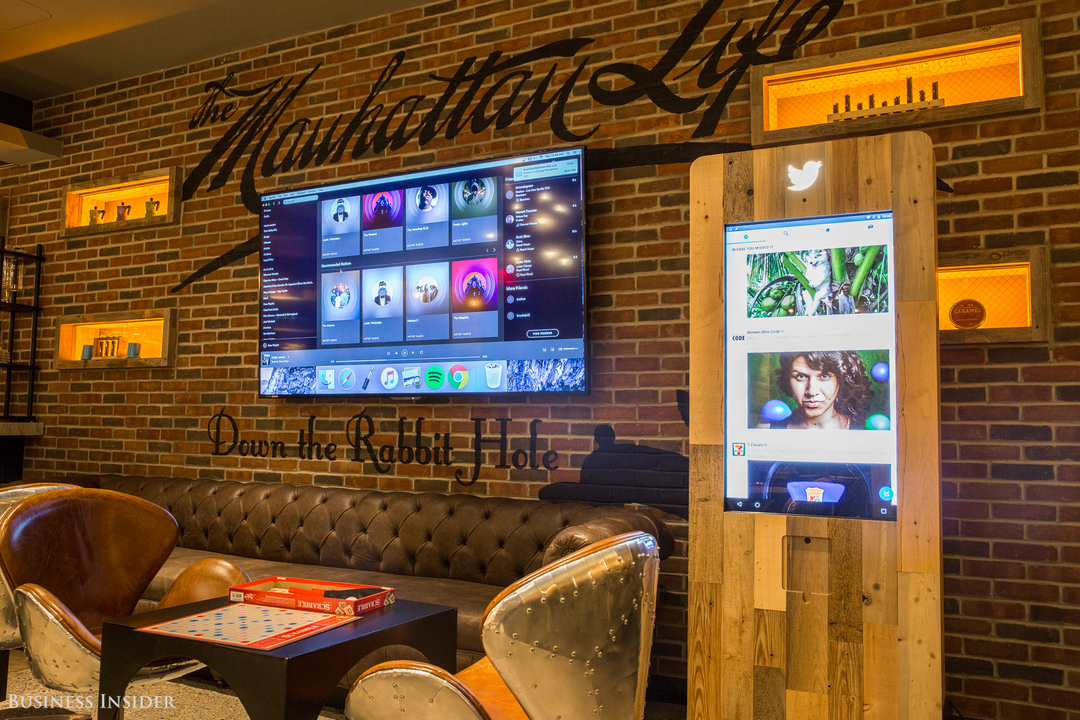 Spotifyが表示された大きな壁かけスクリーンとTwitterチェック用のタッチスクリーン