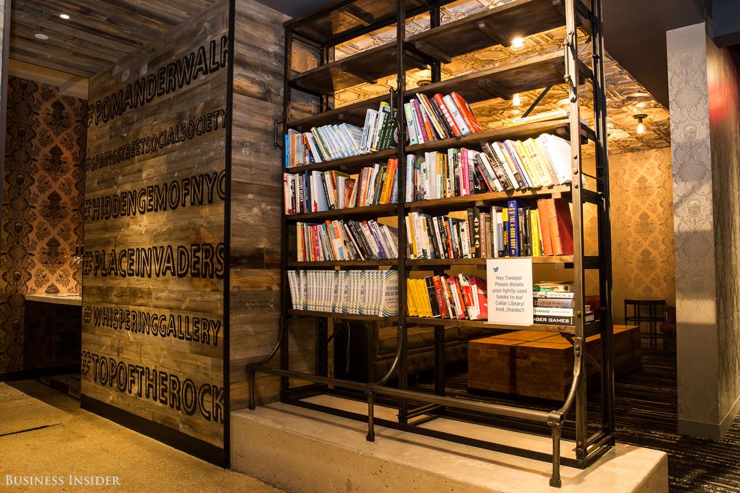 本棚に並ぶ本と、本の寄贈をお願いする張り紙