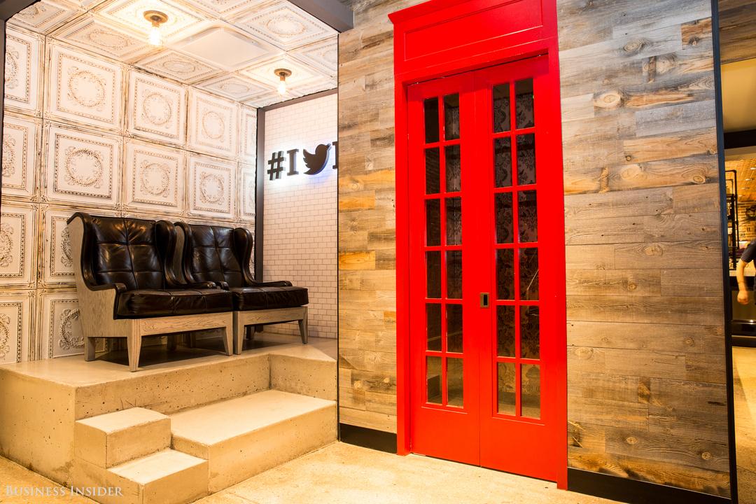 真っ赤なドアのフォーンブースとソファ